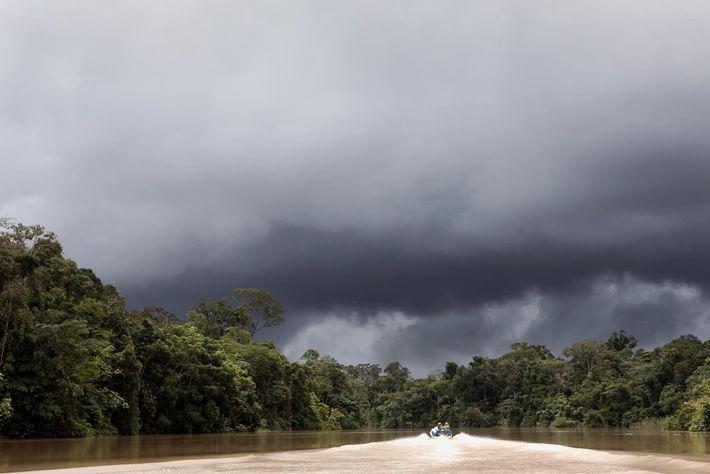 Une équipe d'enquêteurs de la Fondation nationale de l'Indien du Brésil (FUNAI) navigue sur le Rio ...
