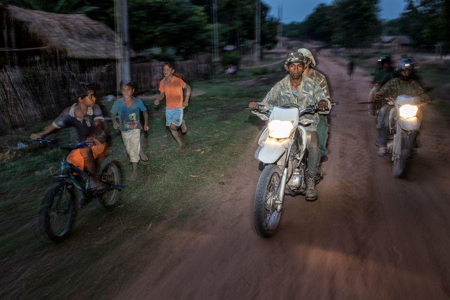 Un groupe de gardiens de la forêt du peuple Guajajara patrouille sur le territoire autochtone Arariboia, ...