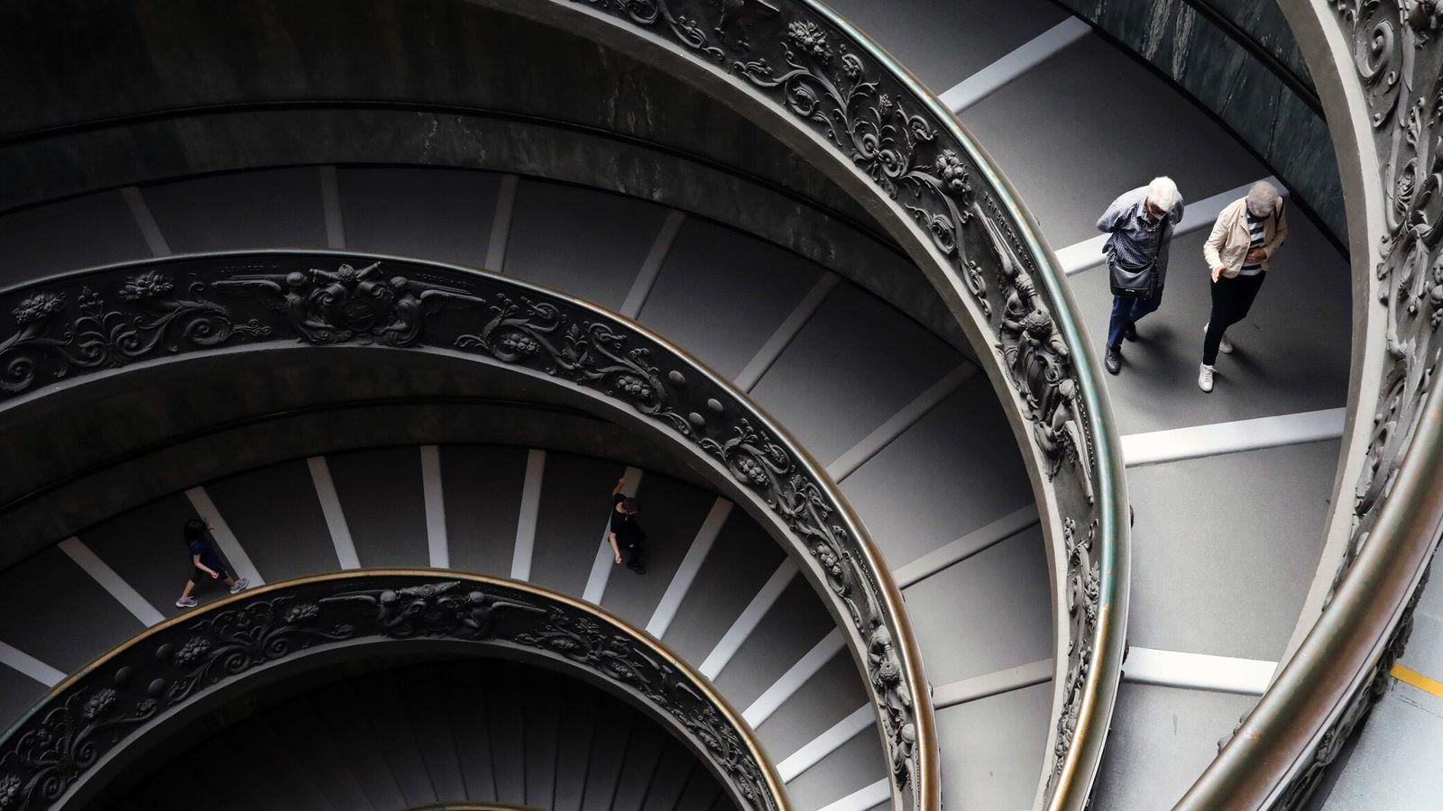 Le 8 juin 2020, des visiteurs empruntent l'escalier de Bramante aux Musées du Vatican en Italie. Avant la ...