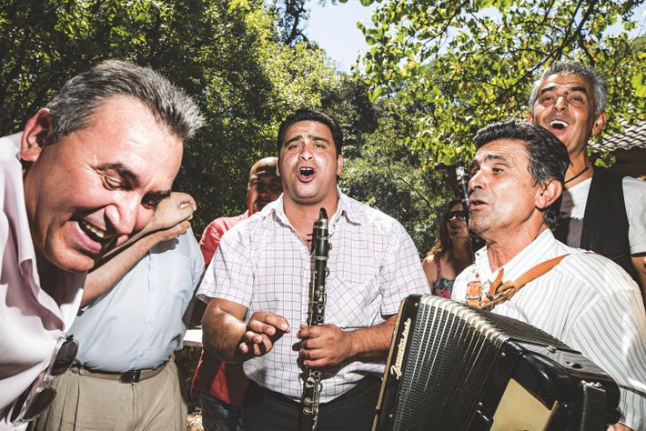 Ce groupe musical masculin n'a rien à envier aux Sirènes quand sonne l'heure de la panégyrie ...