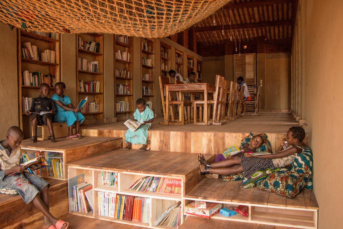 La première bibliothèque de Muyinga a été construite par la communauté. Le bois d'eucalyptus, les tuiles ...