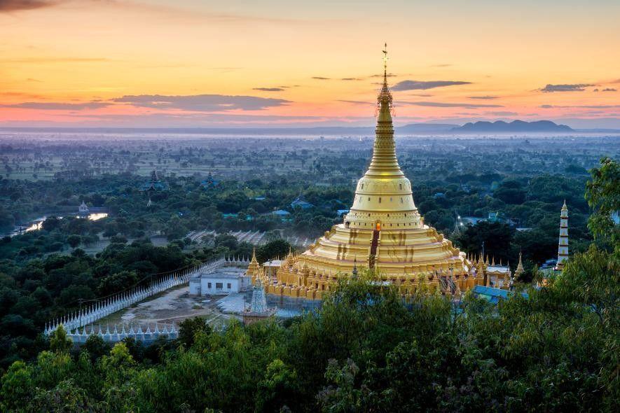 Surplombant l'horizon de Monywa, la pagode Aung Sakkya, d'une hauteur de plus de 120 mètres de ...
