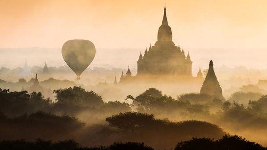 Sur la rive gauche du fleuve Irrawaddy, des centaines de sanctuaires bouddhistes ponctuent le paysage. Bagan ...