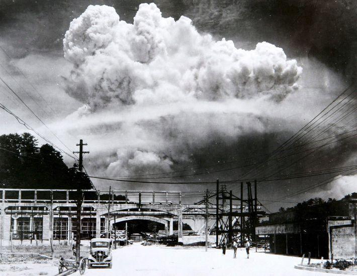 Un champignon atomique flotte encore dans le ciel de Nagasaki 15 minutes après l'explosion de la bombe ...
