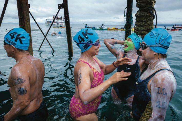 Des nageurs s'apprêtent à une compétition à travers le Golfo Dulce. Elle est programmée à la ...