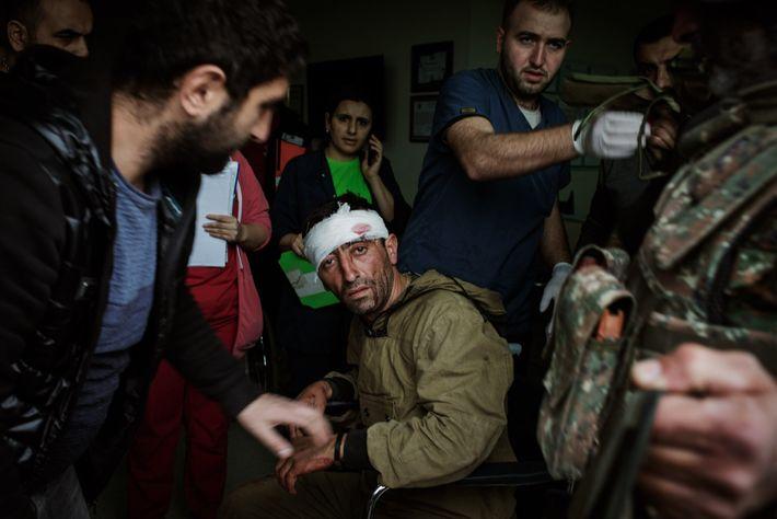 Des médecins du Centre médical républicain de Stepanakert soignent un combattant arménien blessé pendant la guerre ...