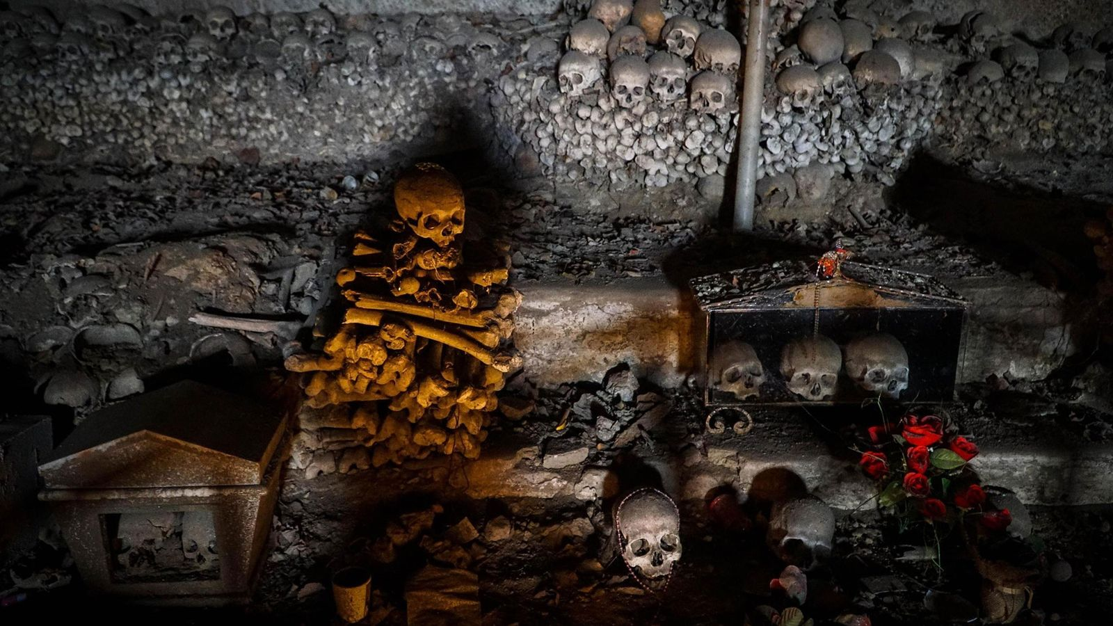 Dans une tombe du cimetière des Fontanelle, situé dans le quartier historique de Naples, en Italie, ...