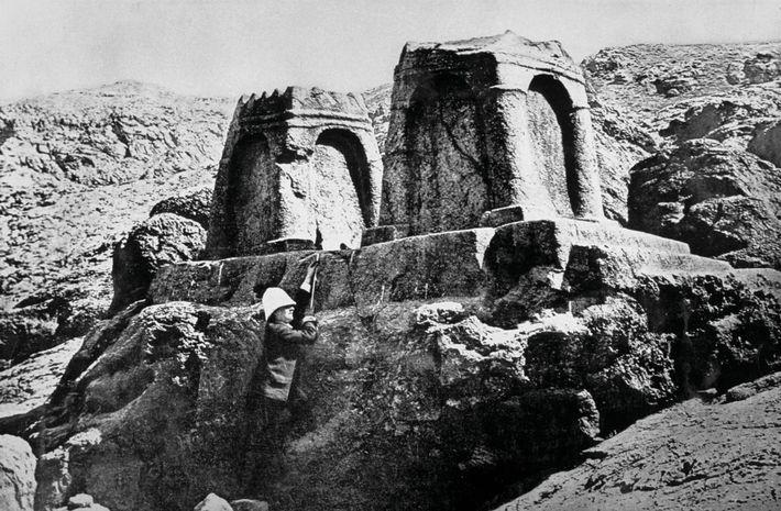 Photographiée dans les années 1880 à la nécropole royale perse de Naqsh-e Rostam, Jane Dieulafoy se ...