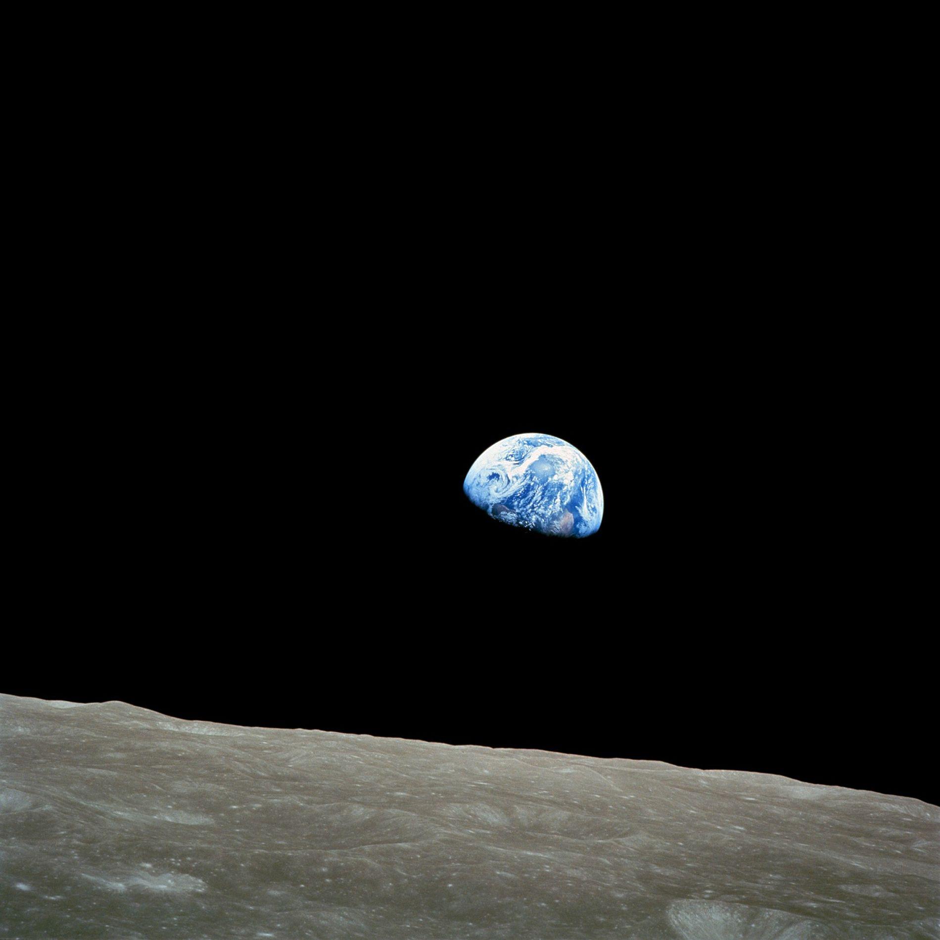 Apollo 8, la première mission habitée vers la Lune, est entrée dans l'orbite de cette dernière le 24 décembre 1968. Cette nuit-là, le commandant de la mission Frank Borman, le pilote du module de commande James Lovell et le pilote du module lunaire William Anders ont montré des photographies de la Terre et de la Lune comme ils les voyaient depuis leur vaisseau spatial lors d'une retransmission télévisée en direct depuis l'orbite lunaire. « L'immense solitude est inspirante ; cela vous fait prendre conscience de ce que vous avez sur Terre », avait déclaré Jim Lovell.