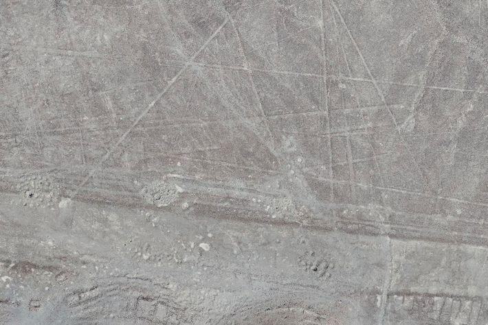 Photographiés par un drone, ces géoglyphes de type Nazca sont composés de plusieurs lignes droites certainement ...