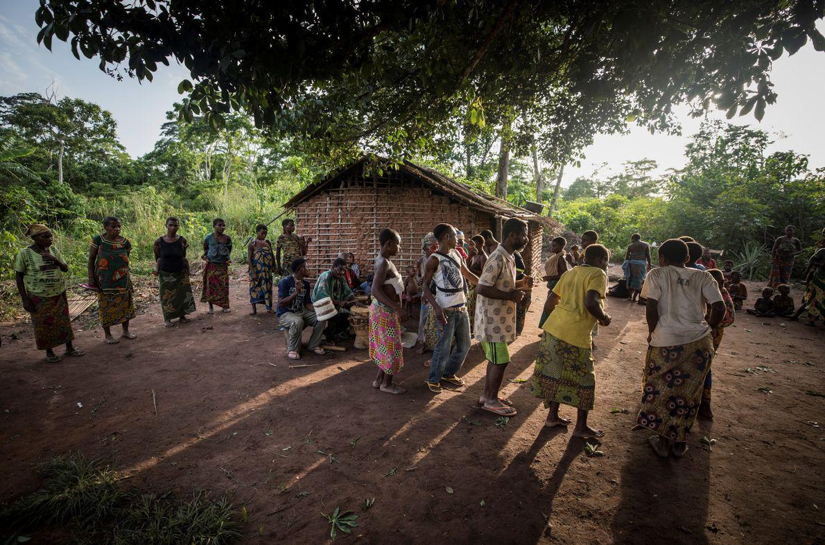 Une communauté de Pygmées Baaka dansent lors d'une cérémonie de deuil à Bayanga, en République centrafricaine. ...