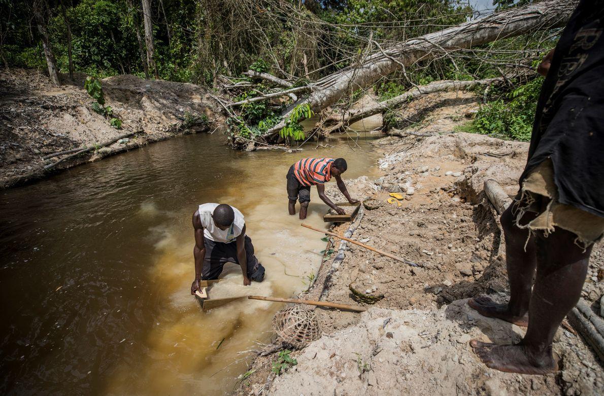 Des travailleurs cherchent de l'or et du diamant dans une mine en bordure de la réserve ...