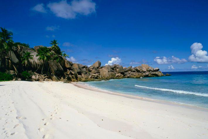 Plus longue plage de la Digue, Grand Anse est une destination très prisée avec son sable ...