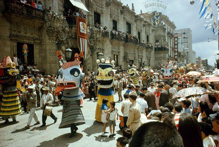 Un festival d'automne en 1967 à Guadalajara, au Mexique, où paradent musiciens et danseurs en costumes ...