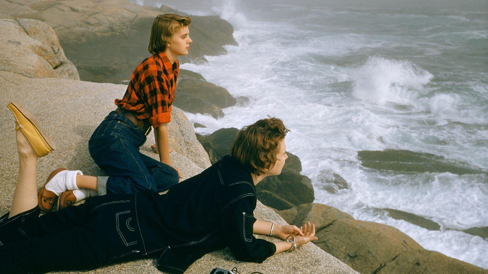 En 1961, le célèbre photographe Volkmar Wentzel immortalisait pour National Geographic ces deux femmes fixant les vagues ...