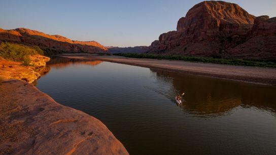 Un kayakiste sur le fleuve Colorado, dans l'Utah.