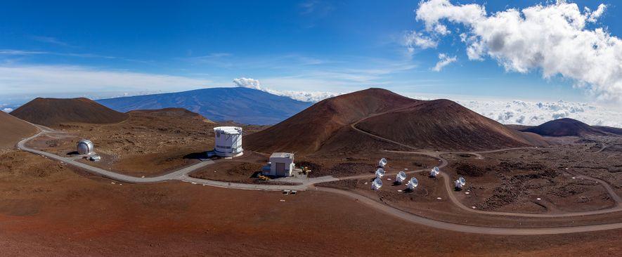 Le volcan Mauna Kea à Hawaï est doté d'observatoires, dont le télescope James Clerk Maxwell (deuxième ...