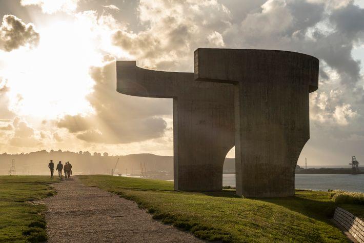Un sentier au sommet d'une falaise au-dessus du port de Gijón (Xixón), avec un point de vue ...