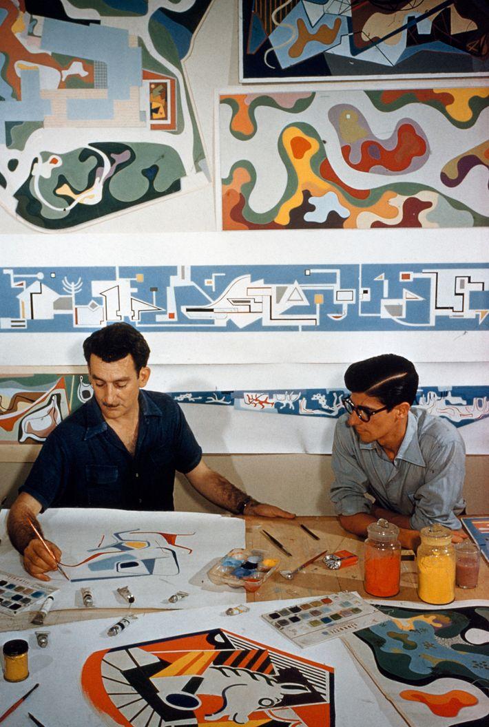 Des paysagistes travaillent dans leur bureau de Rio de Janeiro, au Brésil, en 1955.