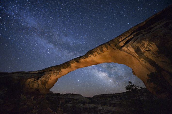 Les étoiles scintillent dans le ciel qui surplombe Owachomo Bridge au beau milieu du parc Natural ...