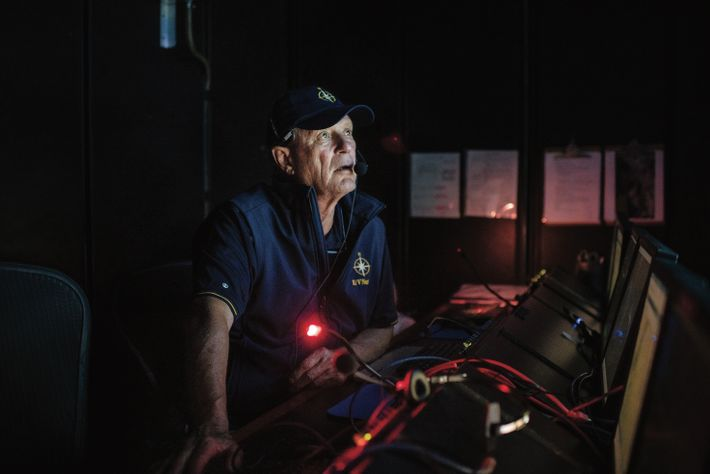 Robert Ballard a fini par acquérir son propre navire de recherche, l'E/V Nautilus, qu'il a doté d'un équipage ...