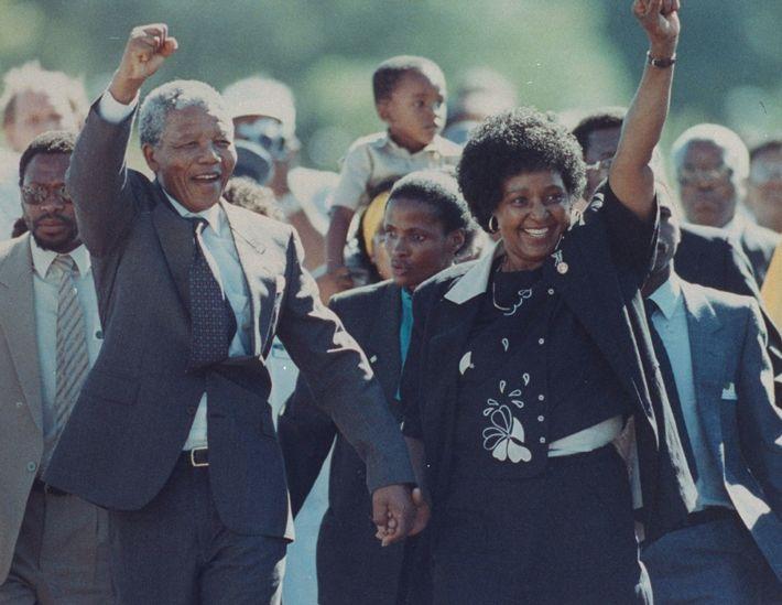 Main dans la main et poings levés, Nelson Mandela et sa femme, Winnie, à la sortie ...