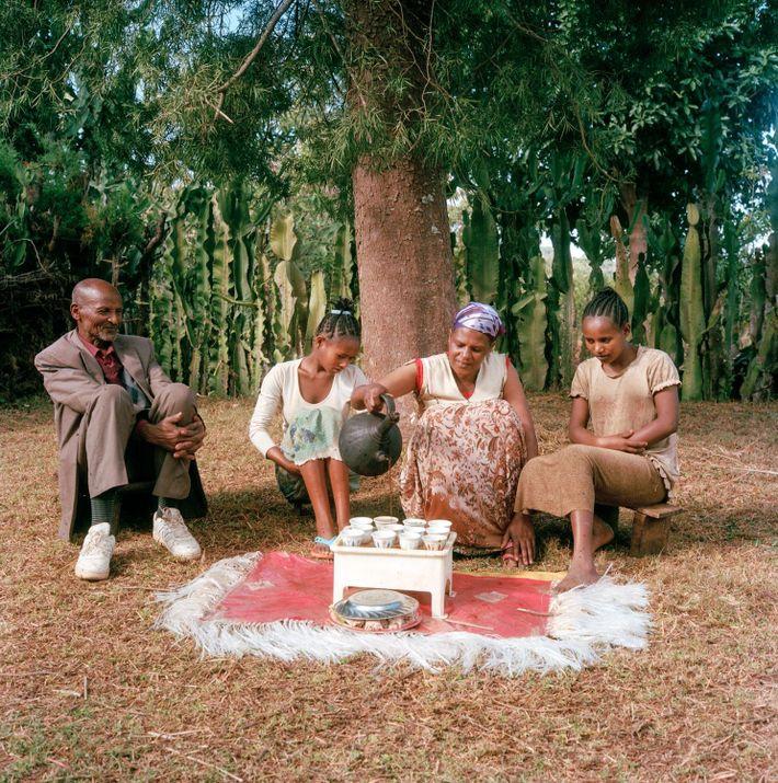 Bekele Erango, Birtugan et leurs enfants prennent un moment pour savourer leur délicieux café, avec ses ...