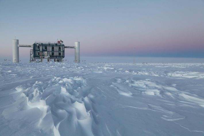 L'observatoire IceCube, le plus grand détecteur de neutrinos au monde, a été placé sous la glace ...