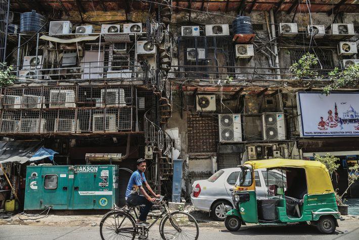 NEW DELHI, INDE. Des climatiseurs bardent des façades d'immeubles dans la capitale indienne. En mai, les ...