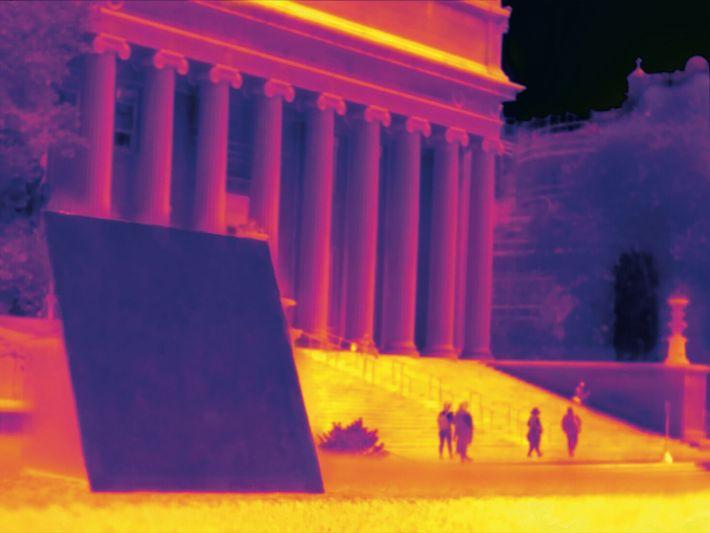 NEW YORK, ÉTATS-UNIS. À l'université Columbia, un panneau recouvert d'un nouveau polymère renvoie de la chaleur ...