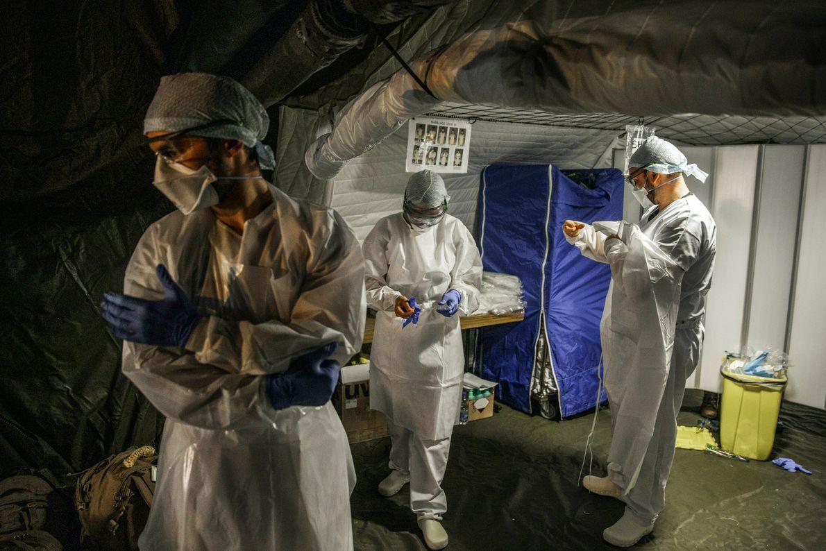 L'Épicentre d'un séisme sanitaire. Mulhouse, France.  Changement d'équipe du personnel sanitaire de l'armée, dans un hôpital ...