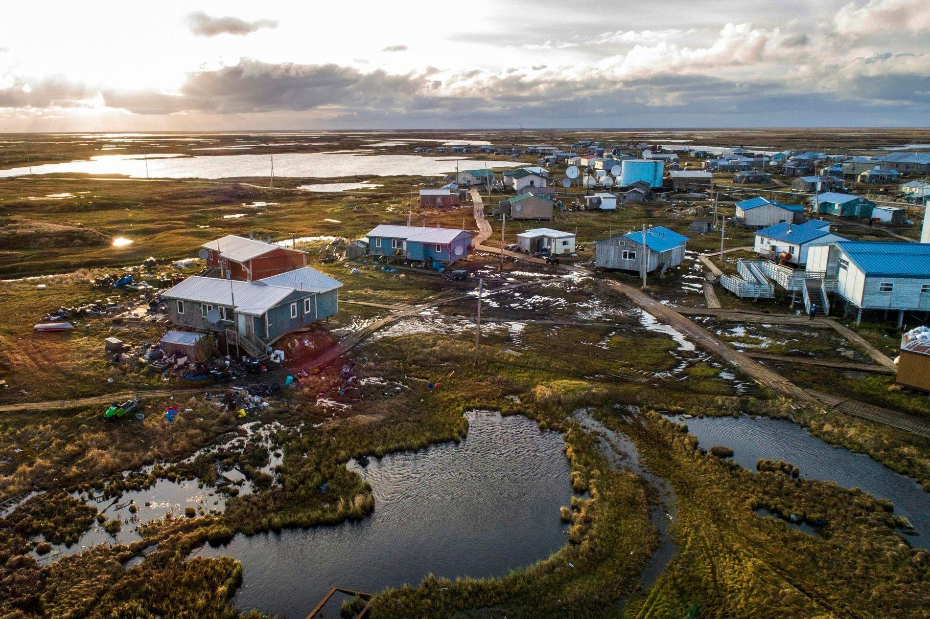 Le village yupik de Newtok, en Alaska, est bordé par les fleuves Ninglik et Newtok. Comme on peut le voir sur cette image, les terres sur lesquelles reposent le village rétrécissent et s'enfoncent en raison du réchauffement climatique, du dégel du pergélisol et de l'érosion. Newtok est la première communauté alaskienne à amorcer cette relocalisation contrainte par le climat et de nombreux autres villages de la région devront bientôt leur emboîter le pas.