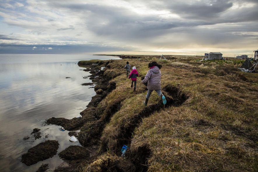 L'érosion a déjà grignoté les terres de Newtok sur plus d'un kilomètre et le dégel du pergélisol ne fait qu'accélérer cette perte.