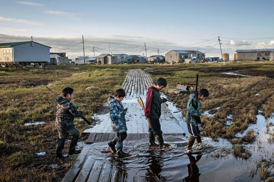 Ce n'est pas la première fois que cette communauté doit se relocaliser. En 1949, le Bureau des affaires indiennes (BIA, Bureau for Indian Affairs) s'est lancé dans la construction d'écoles dans les communautés natives de l'Alaska après avoir forcé les enfants à quitter leurs foyers pour des internats pendant plusieurs dizaines d'années et c'est la zone qui est aujourd'hui devenue le village de Newtok qui avait été retenue pour accueillir les jeunes écoliers.