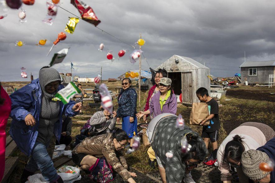 Des femmes se rassemblent chez Lisa et Jeff Charles pour une fête traditionnelle de chasse après la première chasse au lagopède réussie de leur fille Rayna.