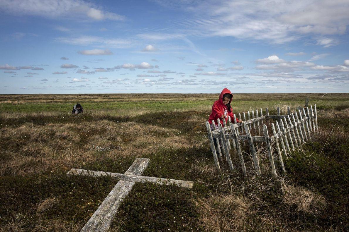 Avec le dégel du pergélisol, les cimetières alaskiens comme celui-ci à Newtok ressemblent de plus en ...