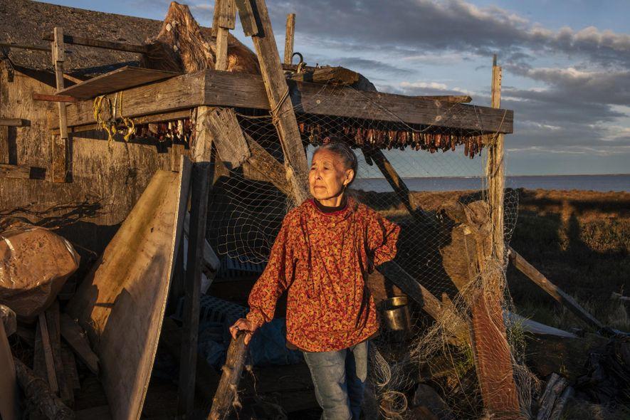 Monica Kasaiuli sèche du hareng à Newtok avant de partir pour le nouveau village de Mertarvik.