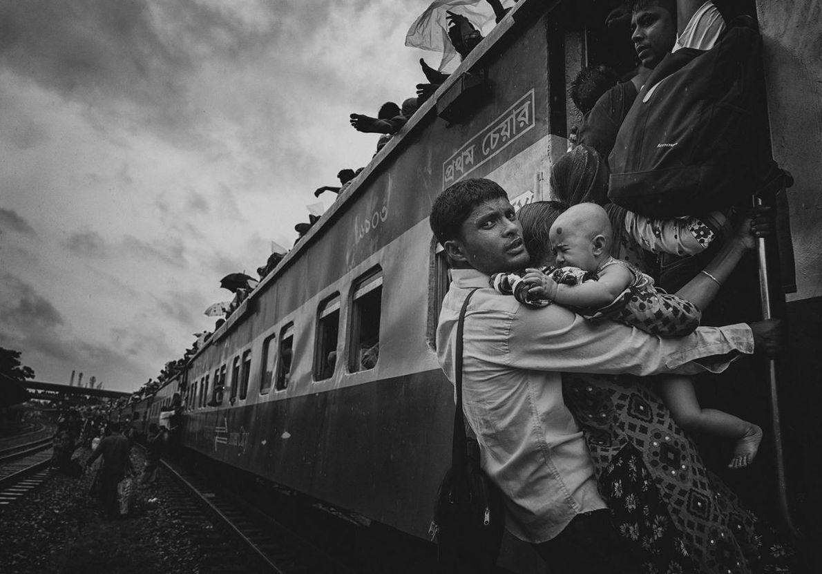 CATÉGORIE PORTRAITS - Cette photographie a été prise à la gare ferroviaire de l'aéroport de Dhaka. ...