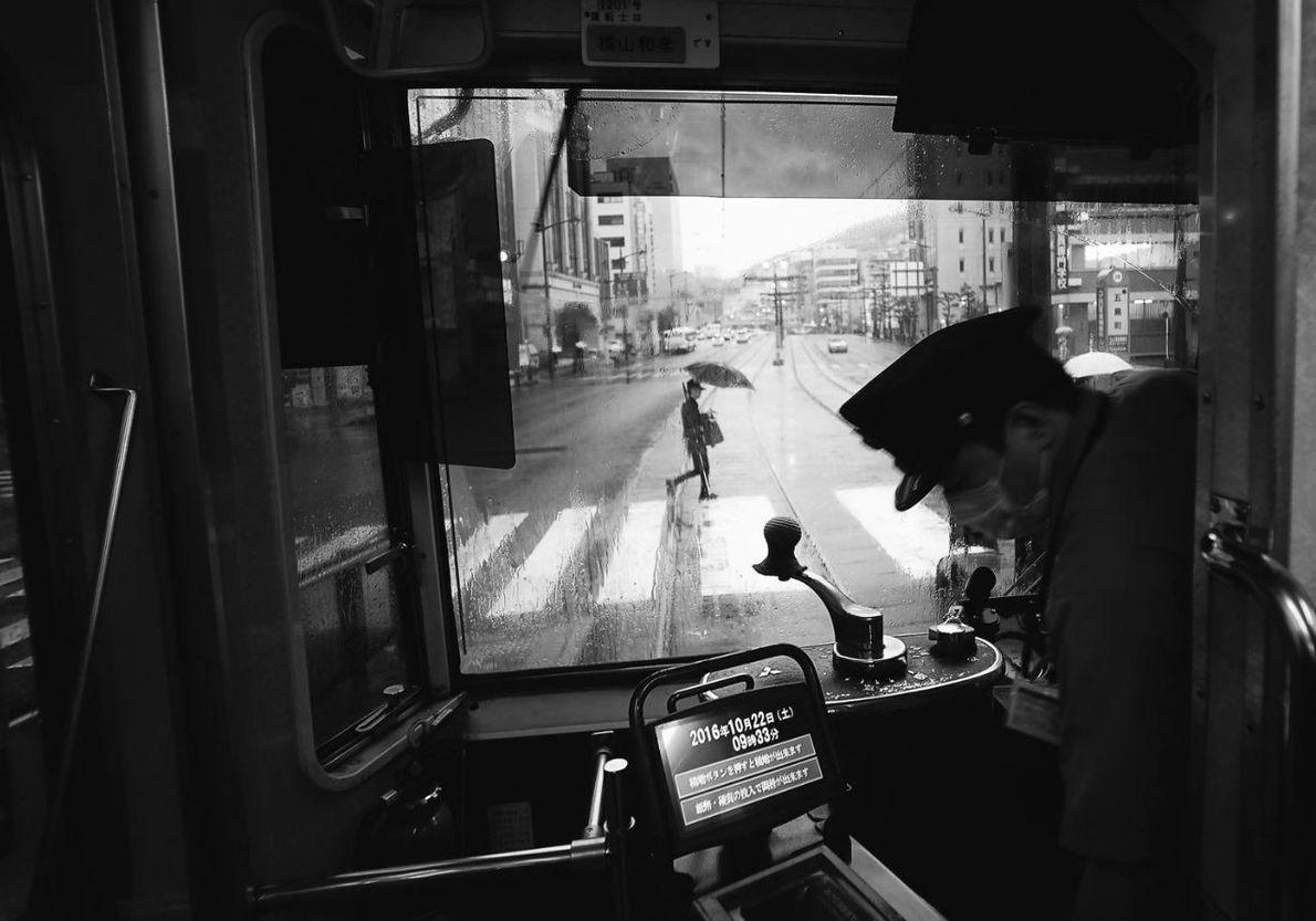 CATÉGORIE PHOTOGRAPHIE URBAINE - Rue principale de Nagasaki un jour de pluie. Le tram est ancien ...