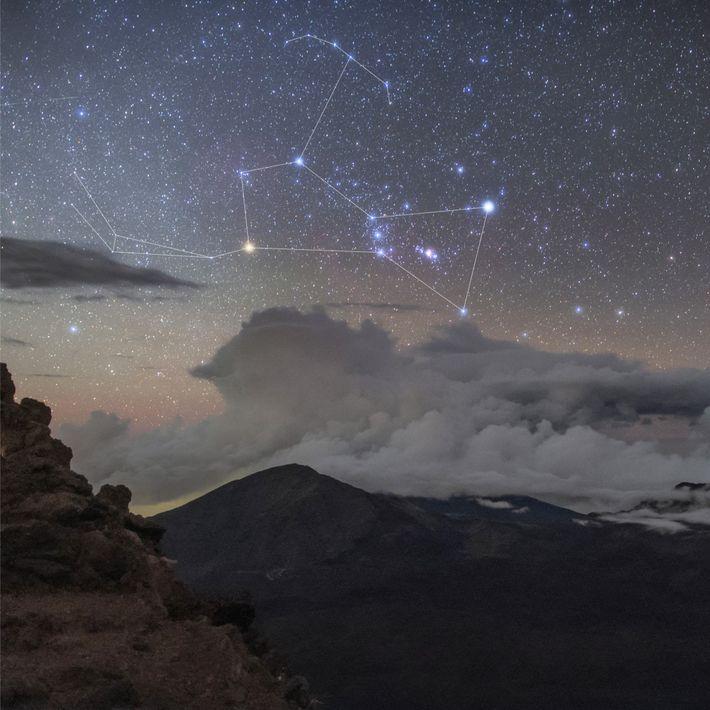 Orion s'élève au-dessus du cratère Haleakalā à Hawaï. Bételgeuse est ici représentée en jaune.
