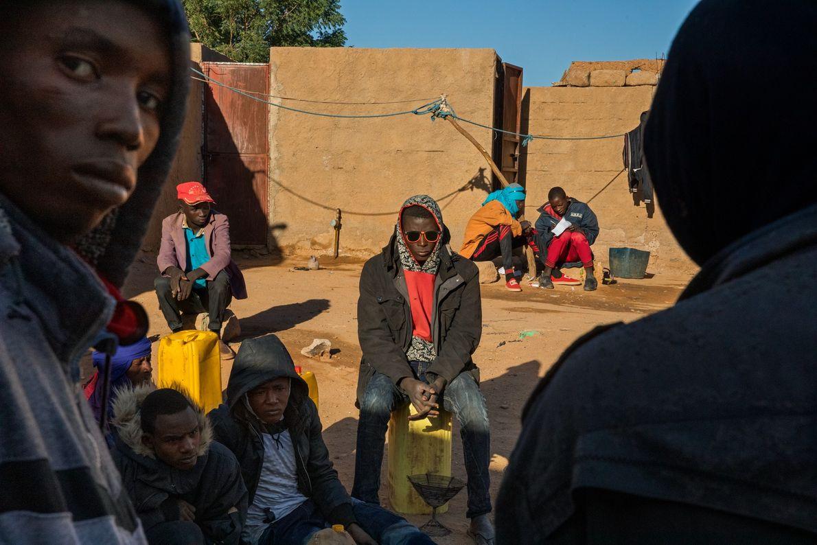 Dans un « ghetto » de migrants à Agadez, au Niger, ces jeunes hommes en provenance ...