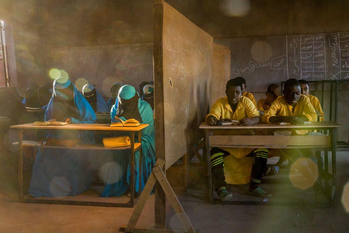 Dans la ville d'Agadez, au Niger, une école du mouvement salafiste Izala est responsable de l'éducation ...
