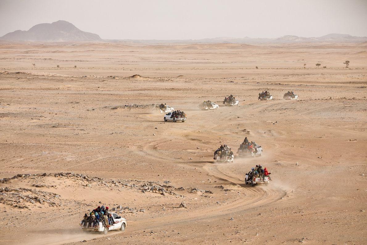 Un convoi de pick-up surchargés de Nigériens et d'autres ressortissants de pays africains s'élance pour un ...