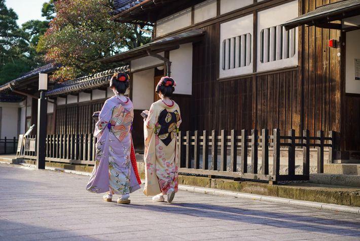 Deux geishas se promènent dans le quartier Furumachi à Niigata, l'un des trois célèbres quartiers de geishas ...