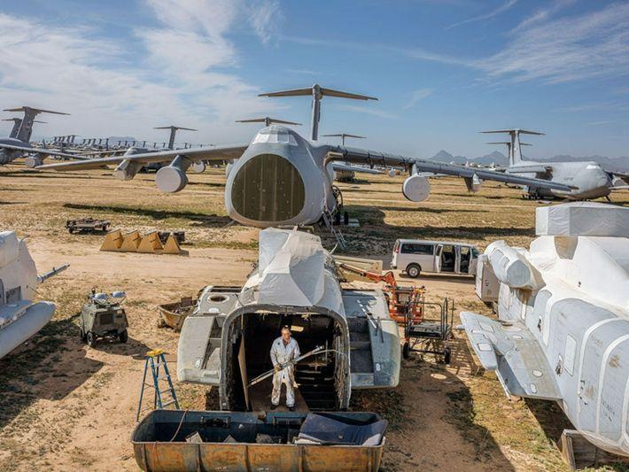Pour réaliser ce cliché du plus grand centre de démontage et de transformation d'avions au monde, ...