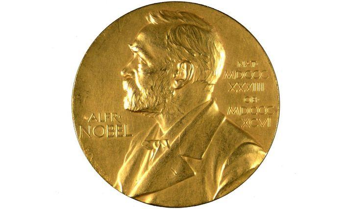 Les lauréats des Prix Nobel se voient remettre une médaille ainsi qu'une récompense financière d'environ 850 ...