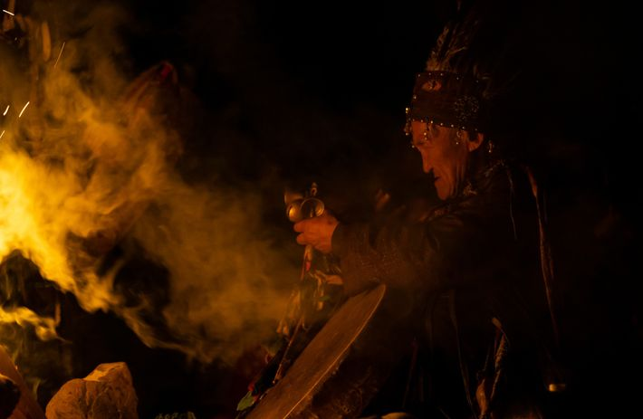 Un chaman de Touva dépose des offrandes et demande l'aide de ses ancêtres lors de l'ouverture ...