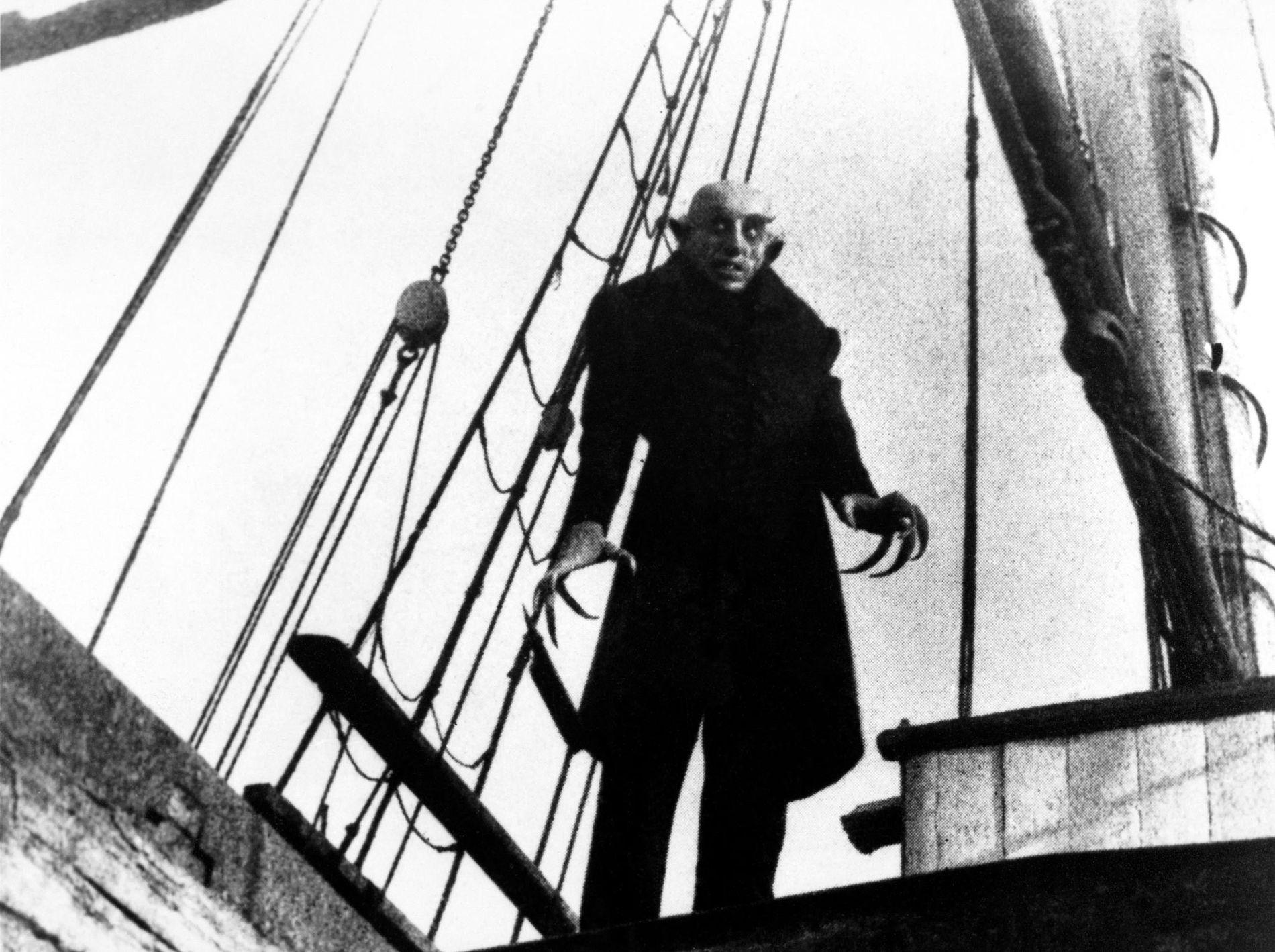 Le film muet de 1922 Nosferatu est une adaptation non autorisée du roman Dracula de Bram Stoker dans laquelle l'acteur Max Schrek campe le comte Orlock dont l'apparence rappelle celle des vampires du folklore d'Europe de l'Est.