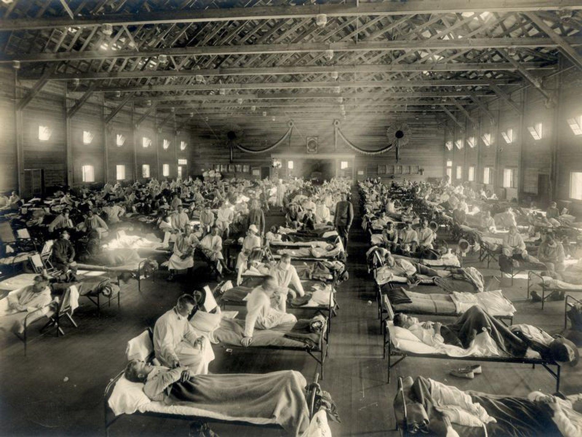 Les premiers cas officiels de grippe espagnole ont été enregistrés en 1918 au camp Funston de l'armée américaine, au Kansas, où cette salle d'urgence a accueilli tous les malades.