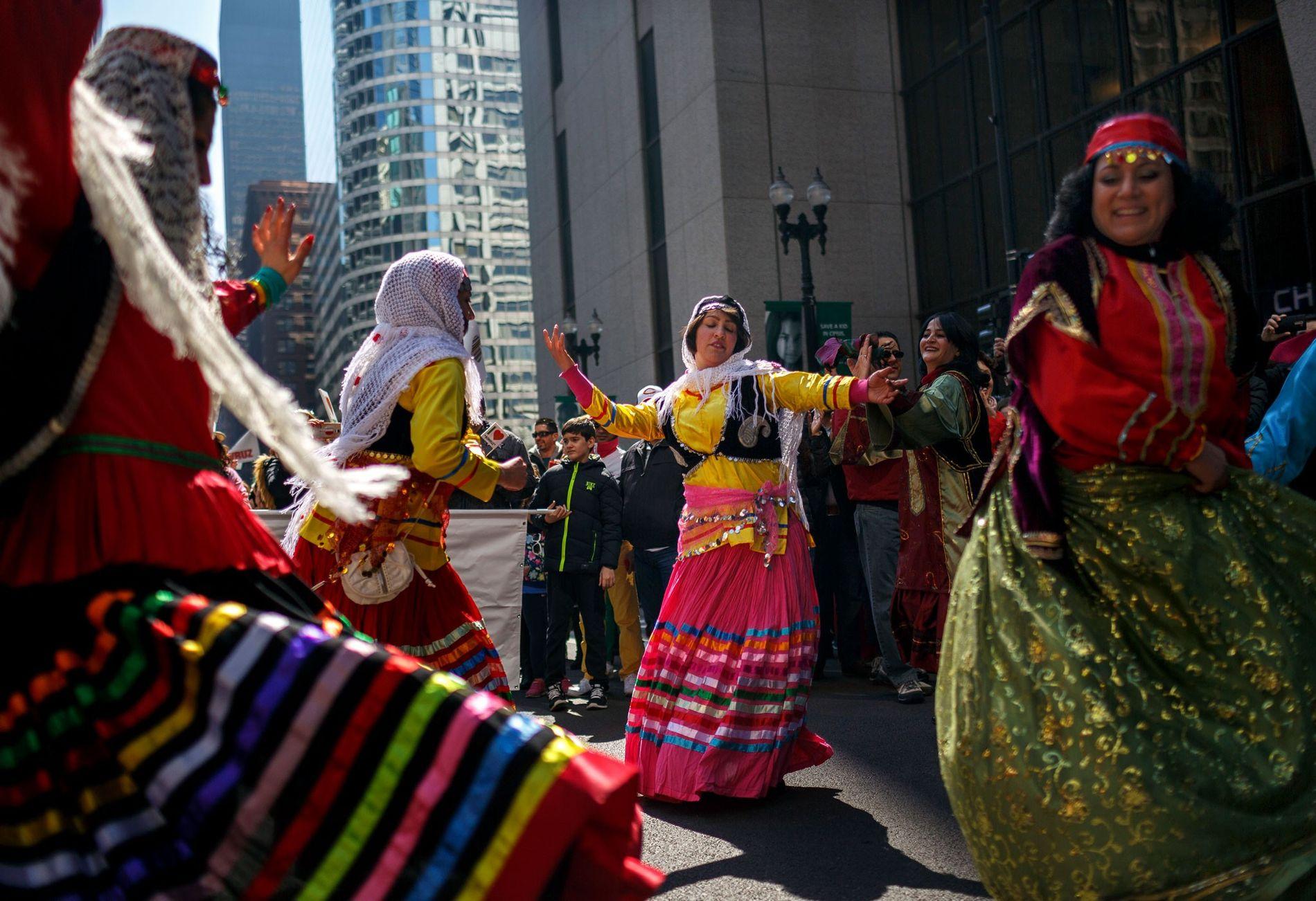 Des Irano-Américains accueillent la nouvelle année en dansant, pendant le festival de Norouz à Chicago en ...